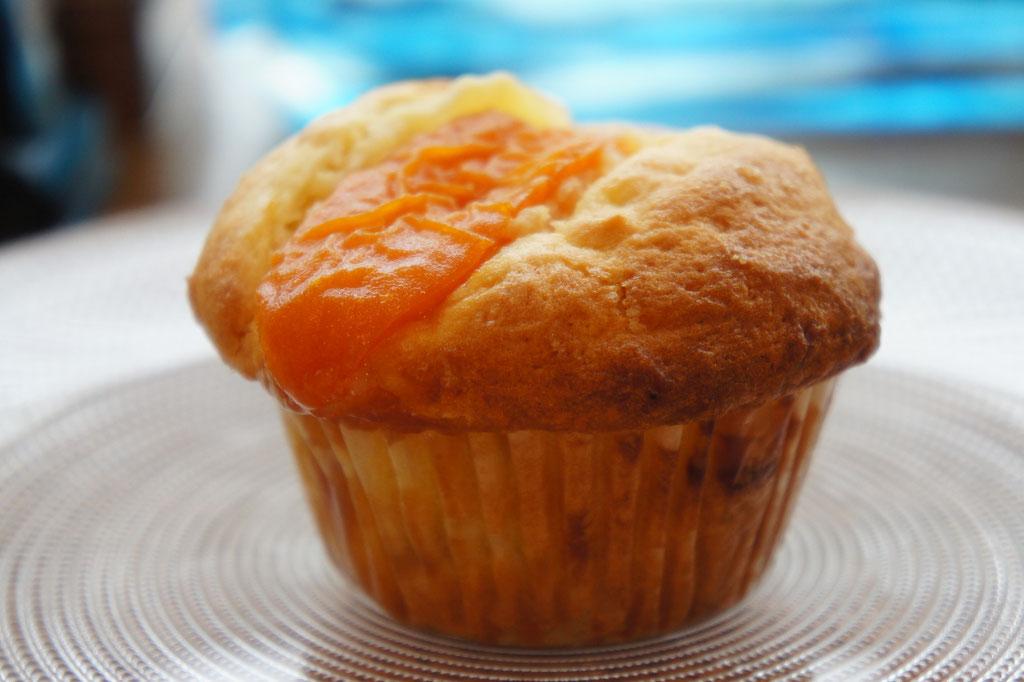 杏(あんず) ; フレッシュな杏をたっぷりと使ってしっかりと焼いた身体にやさしい酸っぱさのマフィン。味、香りともに上質なマフィン。