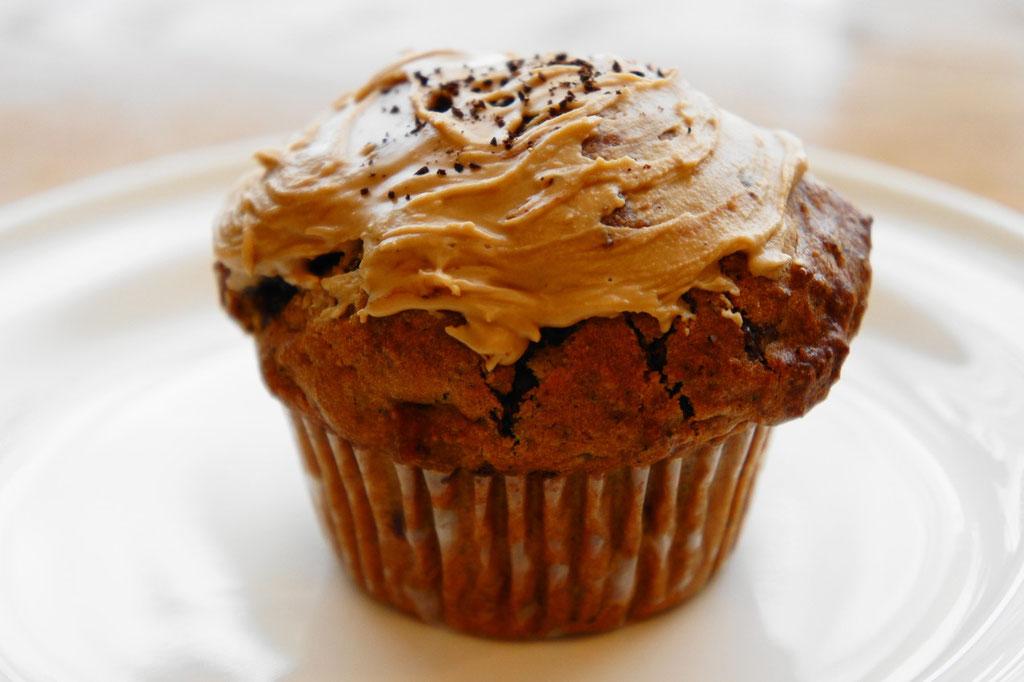 モカチョコ ; コーヒーとクーベルチュールスイートチョコを使った幸せな味わいのマフィン。トップのアイシングにもコーヒーを使い、苦みと甘さのバランスをとっています。