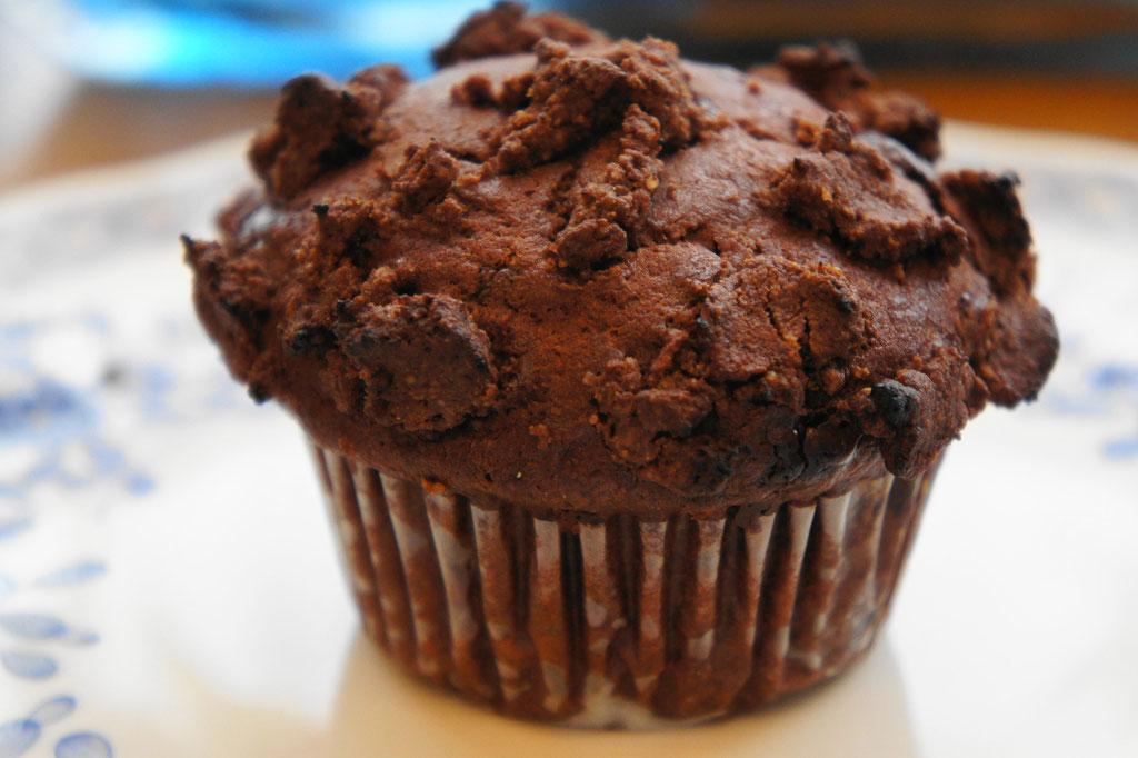 ラズベリー(ジャム)とチョコ ; ココア生地にラズベリージャム(自家製)を混ぜ込んだマフィン。ラズベリーの酸っぱさがクーベルチュールチョコの甘さと合うことでクセになる味わいに。