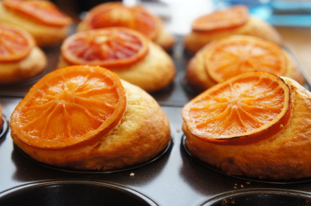 ブラッドオレンジ ; 珍しい国産(愛媛産)のブラッドオレンジいっぱいのマフィン。ジューシーで冷やすと香りと甘酸っぱさがより味わえます。