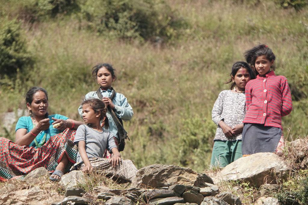 Wie generell in Nepal, findet das Leben auch hier im Dorf viel draußen und in der Gemeinschaft statt.