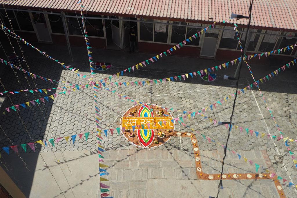 Fertiges Rangoli mit dem Weg, der der Göttin Lakshmi den Weg ins Haus weisen soll.