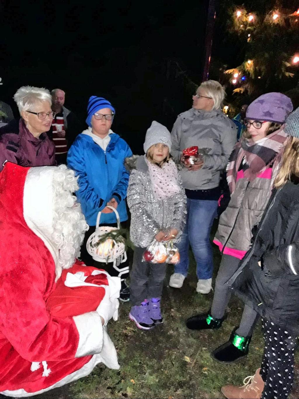 Zwei Helfer hatte der Weihnachtsmann auch, Einer hielt die Laterne und Einer half bei der Verteilung der Geschenke