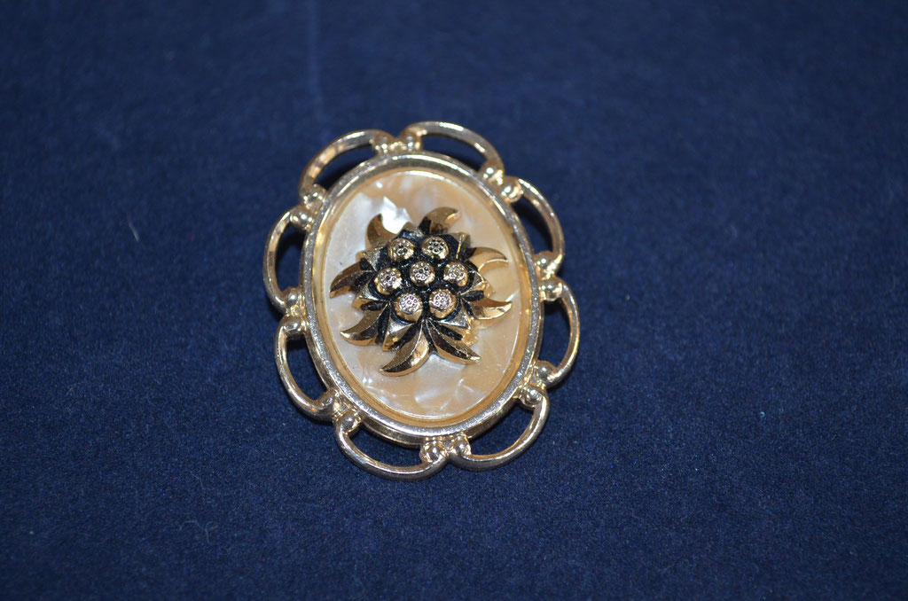 Trachten Modeschmuck Schalclip aus Metall mit Perlmuttplatte. Preis: 3,90 €