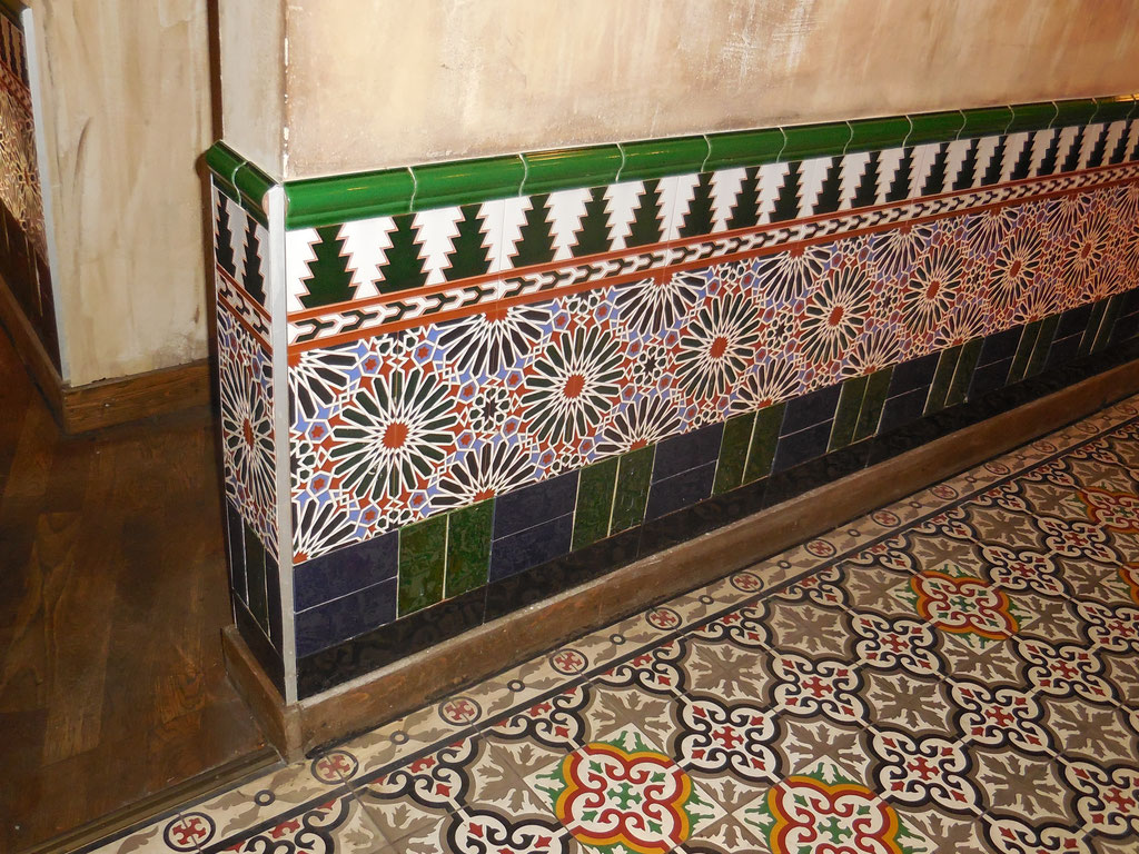 Barrios, Köln: Keramische Wandfliesen mit Relief aus Andalusien