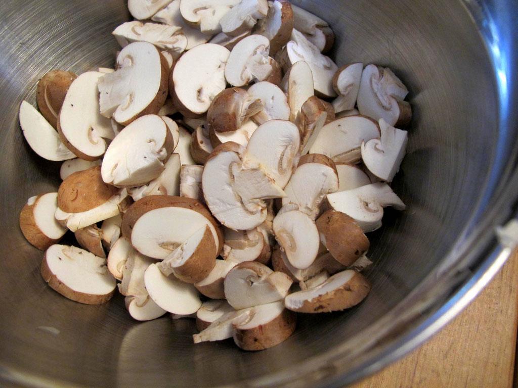 Champignons in Scheiben für die Paleo Tom Kha Gai
