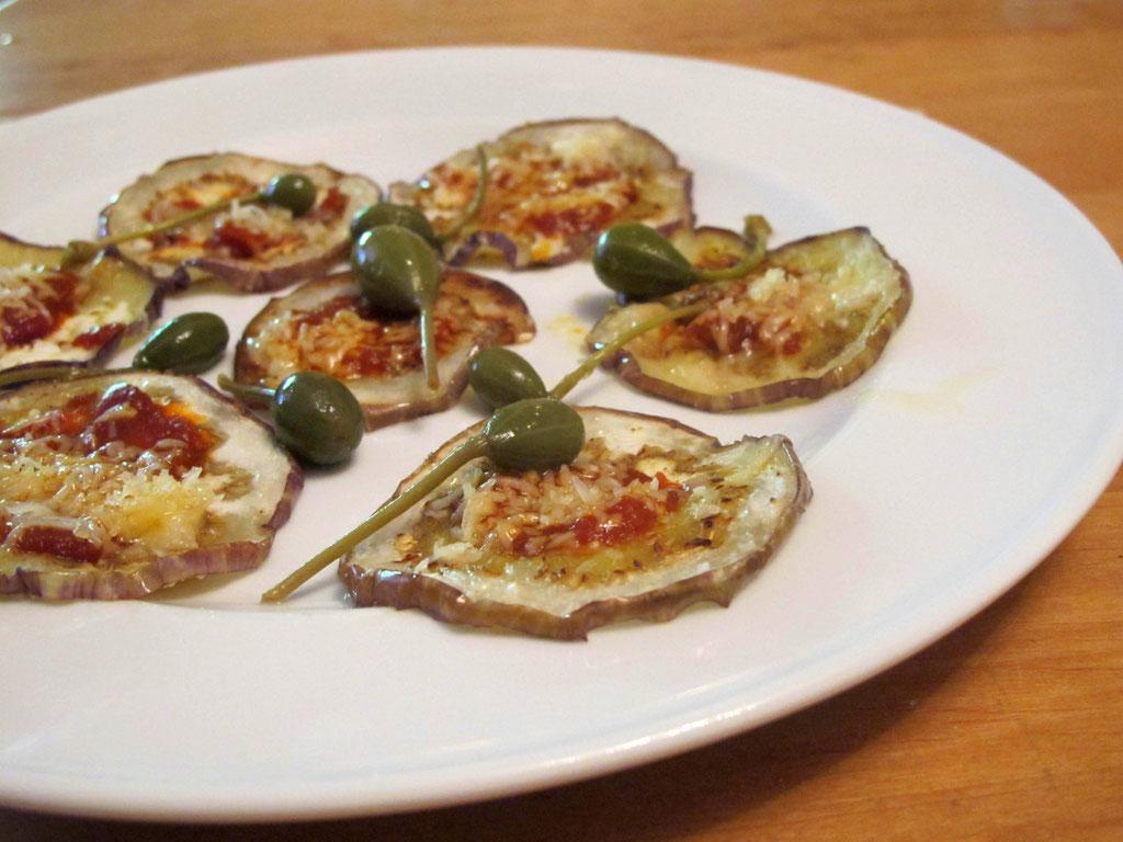 fertig angerichtete Auberginenscheiben mit Parmesan