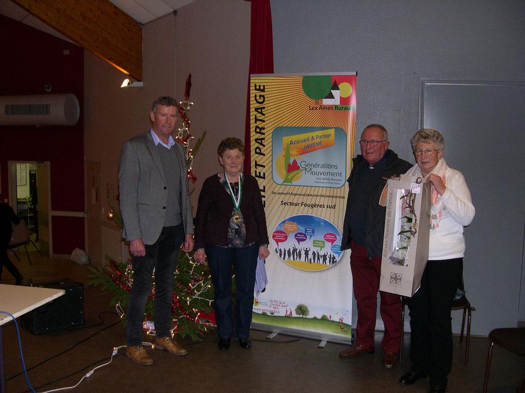 La médaillée Madame FROC Marie-Thérèse entourée de M. Le Maire, de la Déléguée de Secteur et du Président Thomas