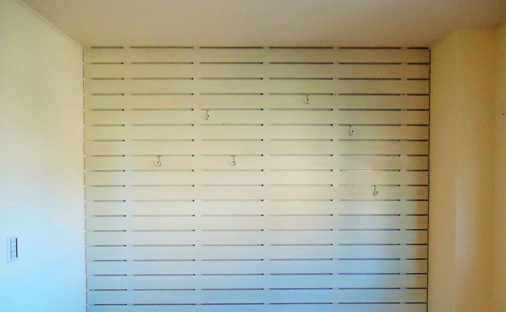 1F書斎 目透し貼りの板壁にS字フックを自在に掛けられます