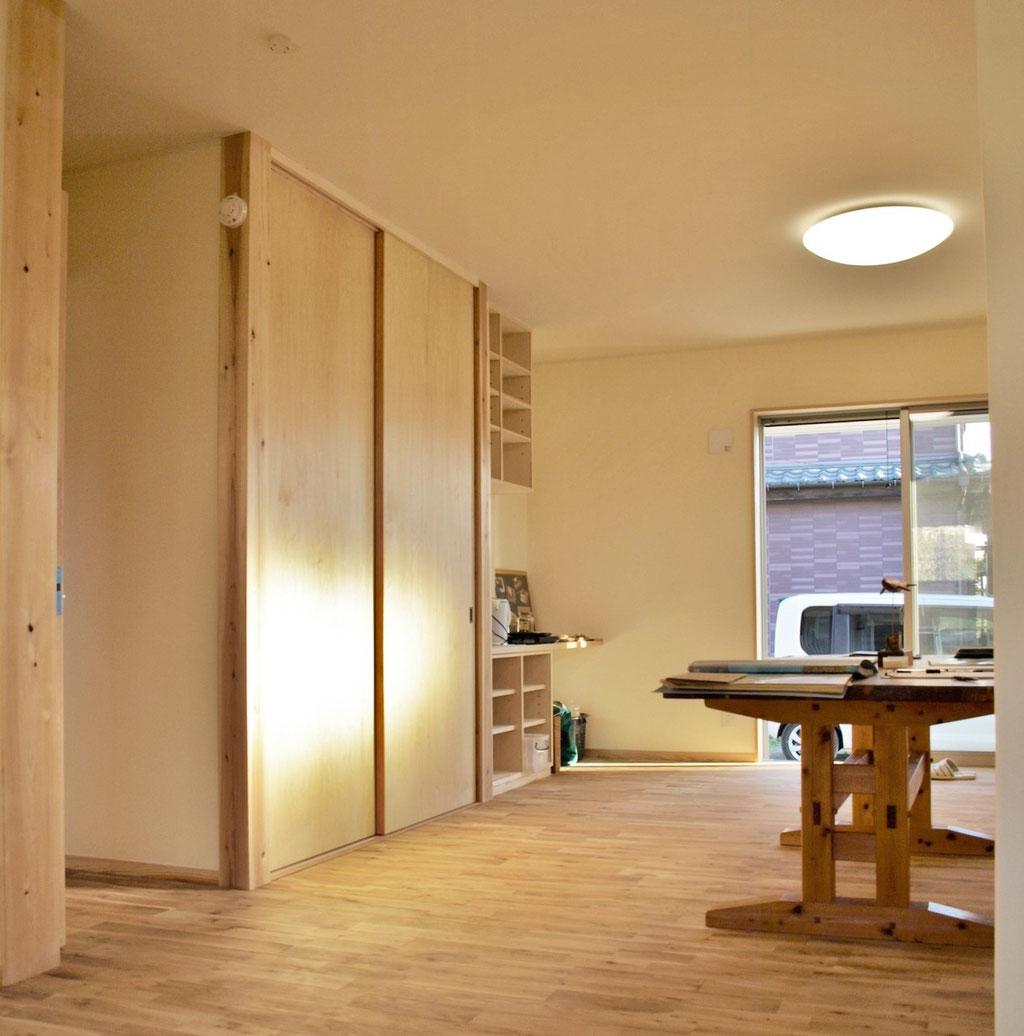 1F主寝室 ナラ材の無垢の床板は傷やよごれが付きにくい