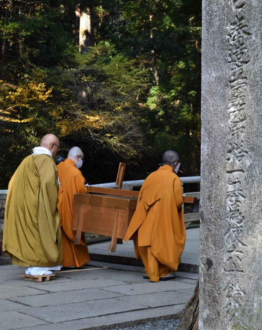 Koyasan Mönche mit der Opfergabe am Friedhof Okunoin