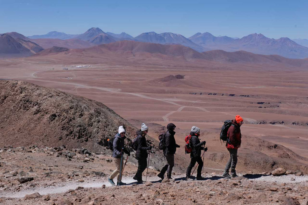 Bergsteiger am Cerro Toco, im Hintergrund das ALMA Observatorium