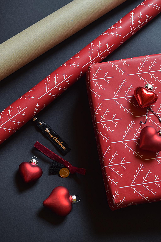 Verpackte Weihnachtsgeschenke und PURELEI Armbänder.