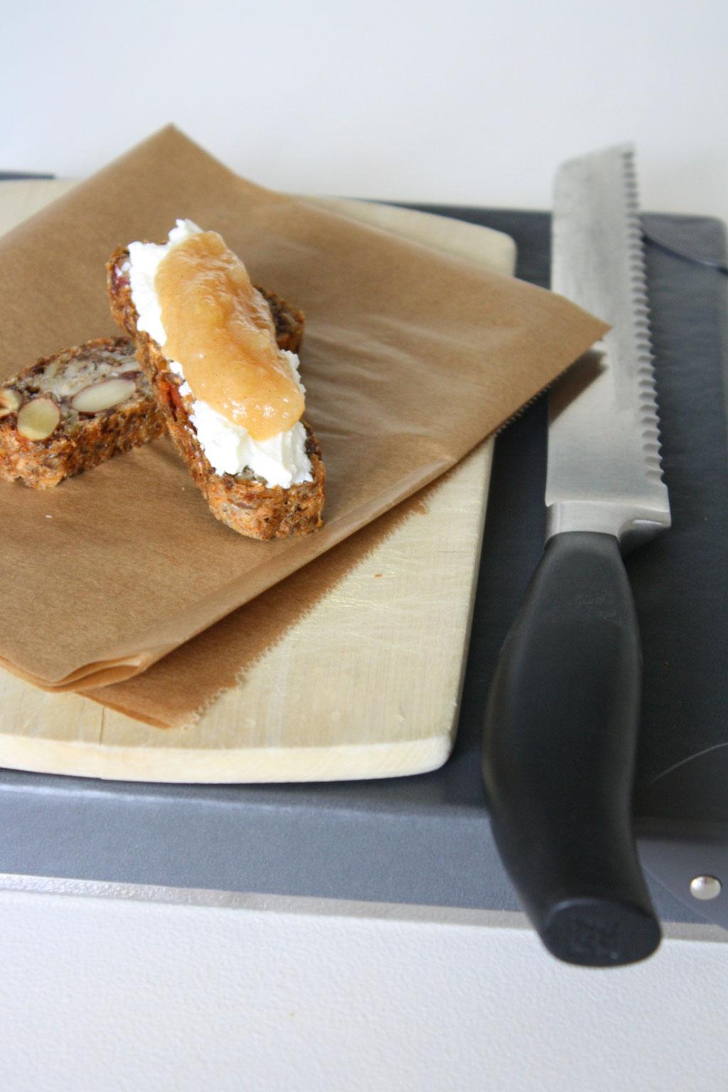 Das leckere, vegane, glutunfreie Life Changing Bread von Urban Detox Concept mit einem leckeren Rezept für einen weihnachtlichen Brotaufstrich.