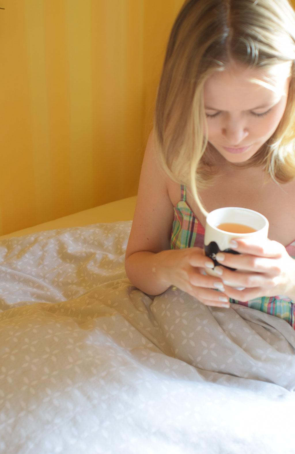 Gemütlich in den Tag starten mit Tee im Bett.