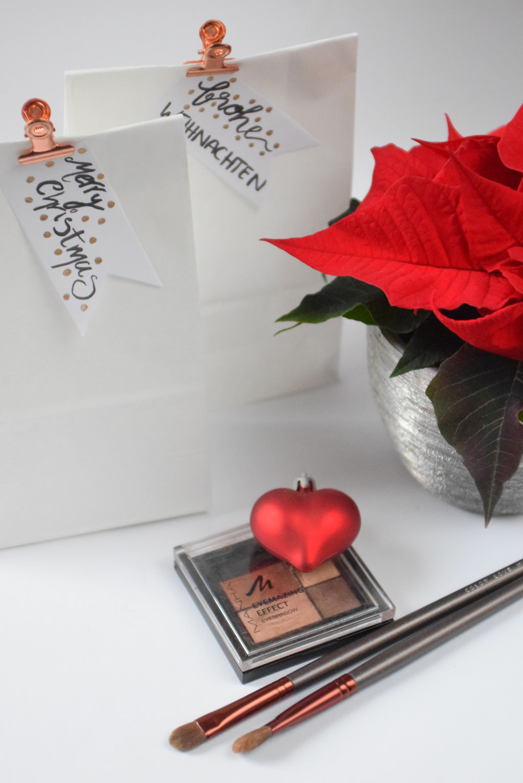 Rote Highlights für weihnachtliche Dekoration und Geschenkverpackungen plus mein liebstes Augenmaße-up für festliche Tage.