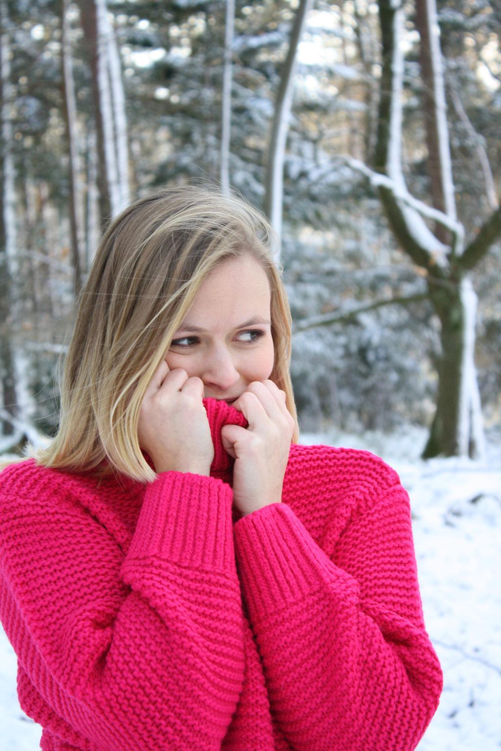 Weiße Weihnachten und ein winterliches Outfit mit pinkem Grobstrickpullover von H&M und einer bezaubernden Schneelandschaft.