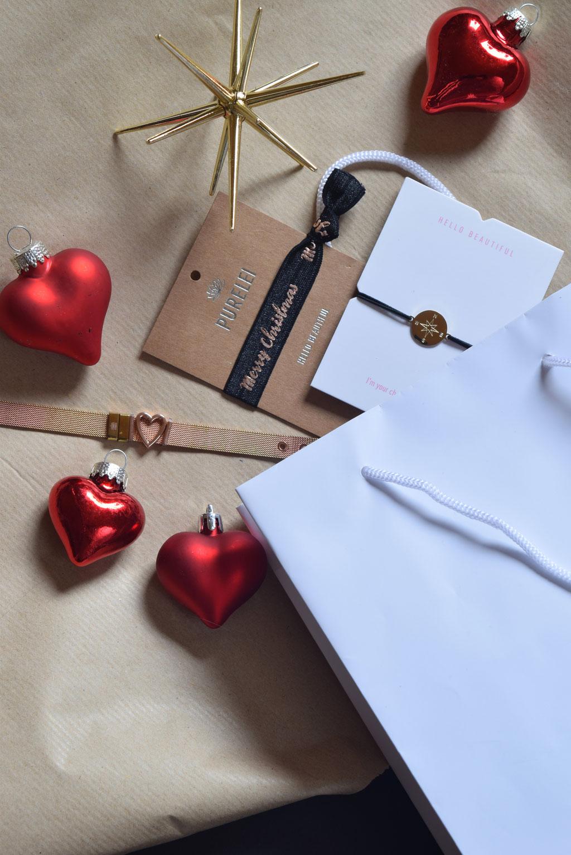 Wunderschön verpackte Weihnachtsgeschenke und Armbänder von PURELEI.
