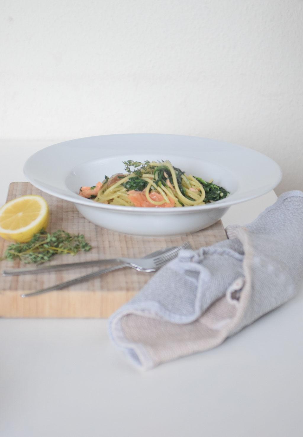 Ein leckerer und schnell gemachter Nudel-Eintopf mit Lachs.