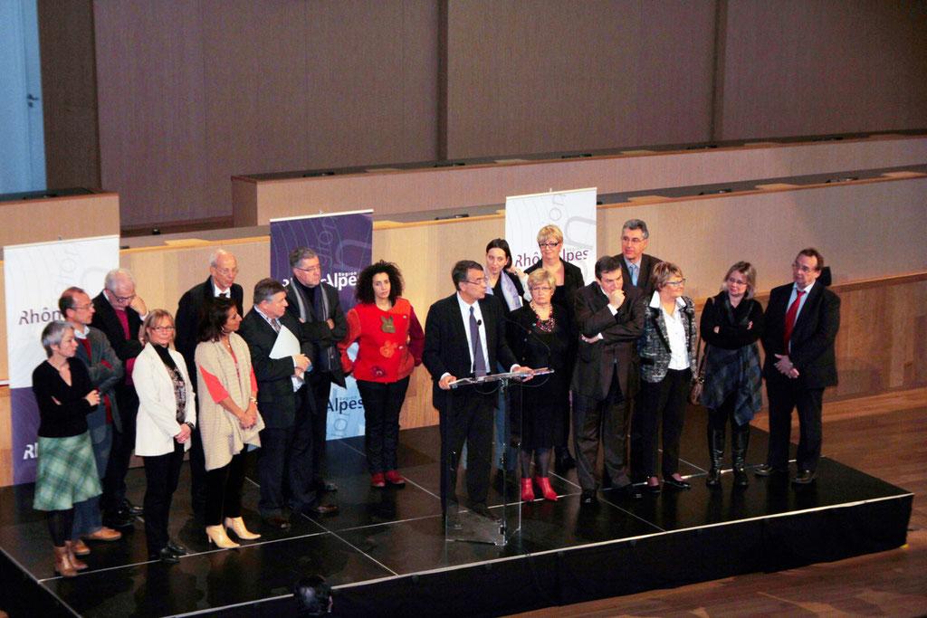 Jean-Jack QUEYRANNE, entouré de Philippe DE MESTER (DGS), d'élus et d'une partie de l'exécutif, présente ses voeux au personnel de la Région Rhône-Alpes © Anik COUBLE