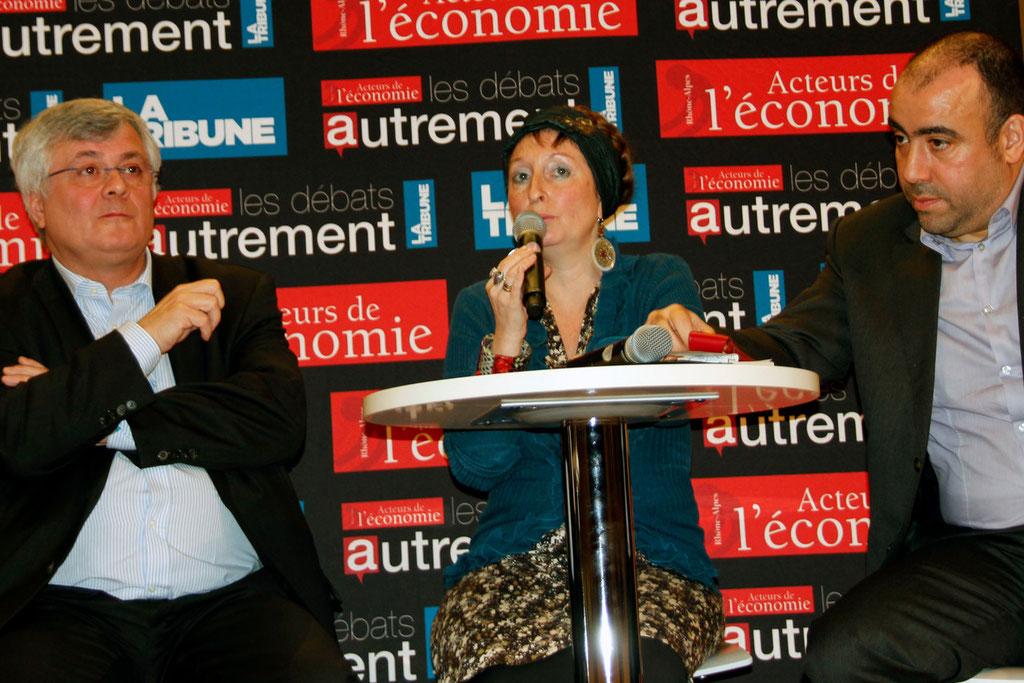 """Muriel Pernin,  Présidente-fondatrice des """"Atelières"""",  entourée de François Introvigne et Abdenour Ain-Seba,  au siège de la Région Rhône-Alpes, dans le cadre de la conférence sur le dialogue social - Février 2013 © Anik COUBLE"""