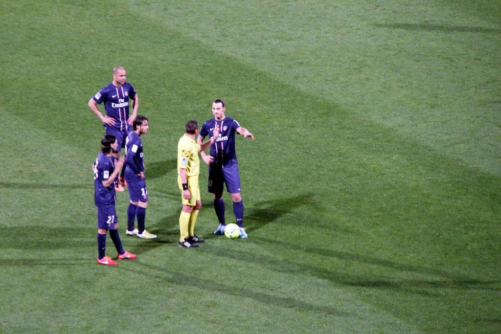 Zlatan Ibrahimovic en discussion avec l'arbitre lors du match OL - PSG - Lyon - Gerland - Mai 2013  © Anik COUBLE