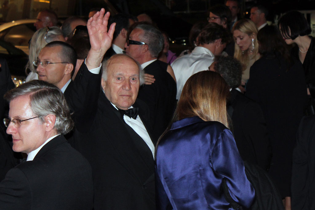 Michel PICOLLI, saluant son pubic - Festival de Cannes 2011 - Photo © Anik COUBLE