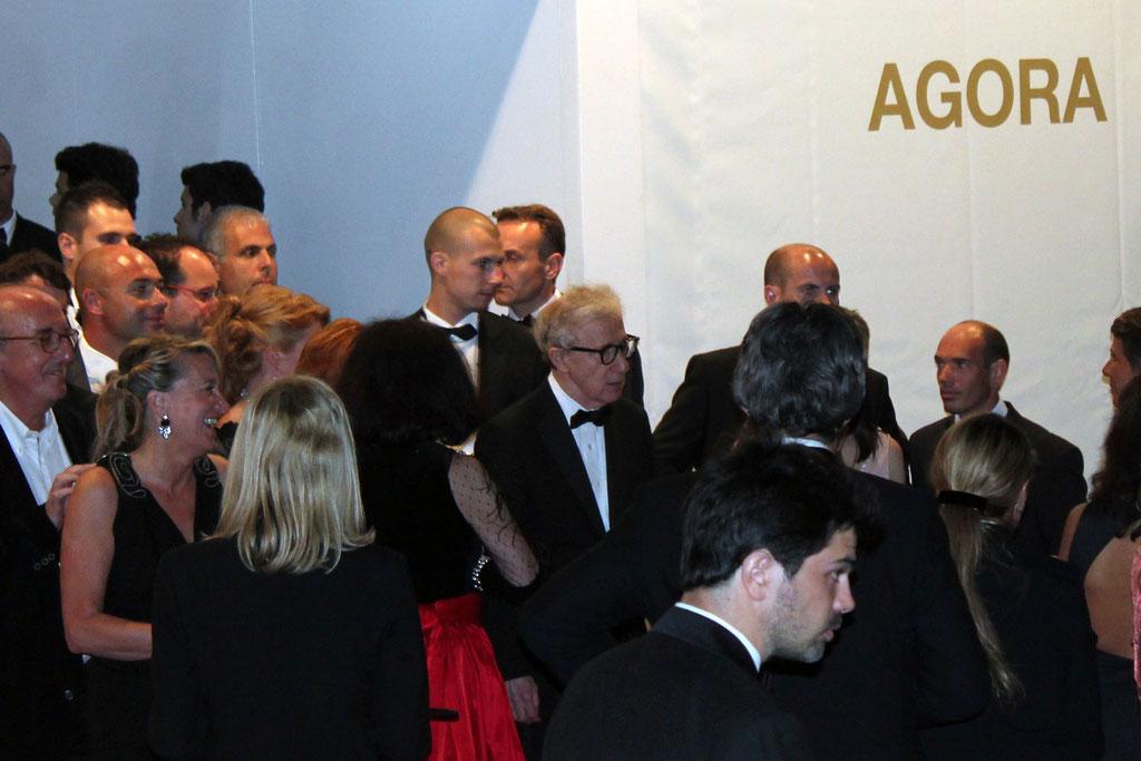 Woddy ALLEN à la sortie du diner d'ouverture - Festival de Cannes 2011 - Photo © Anik COUBLE