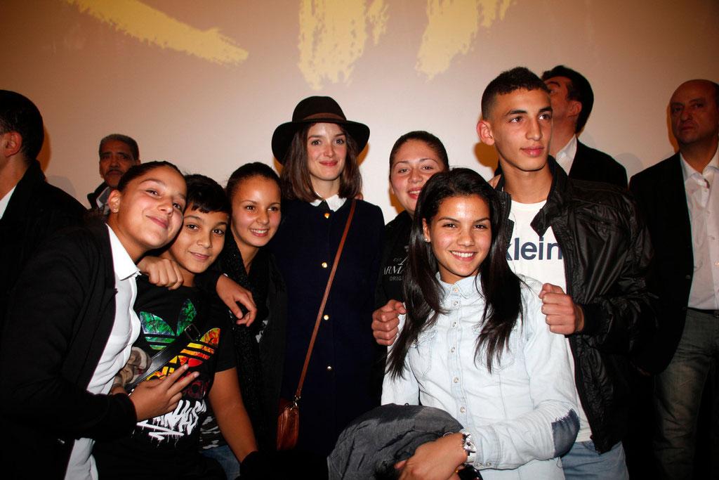 """Charlotte Le Bon, au centre, entourée de spectateurs, lors de l'avant-Première du film """"La Marche""""  Lyon - 5 Novembre 2013 - Photo © Anik COUBLE"""