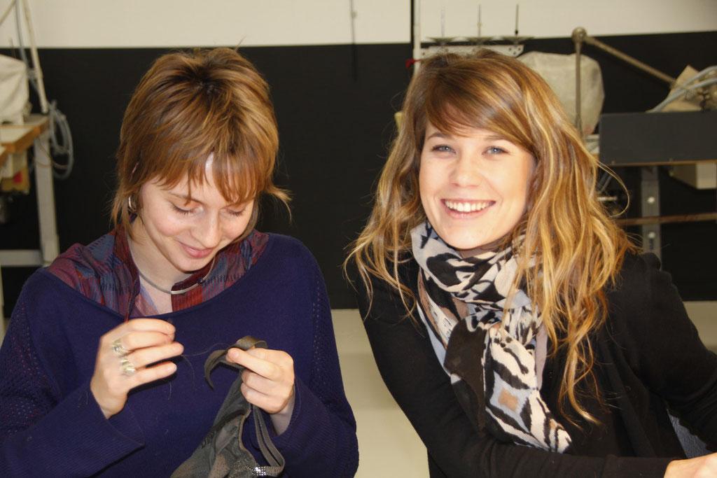 """Le sourire de Mélanie Trinet et d'Enora Diviani, de l'équipe des """"Atelières"""" - Villeurbanne - Février 2013 © Anik COUBLE"""