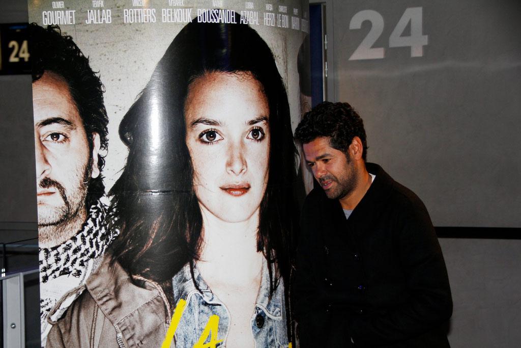 """Jamel Debbouze devant l'affiche du film  """"La Marche"""", lors de l'avant-Première à Lyon - 5 Novembre 2013 - Photo © Anik COUBLE"""