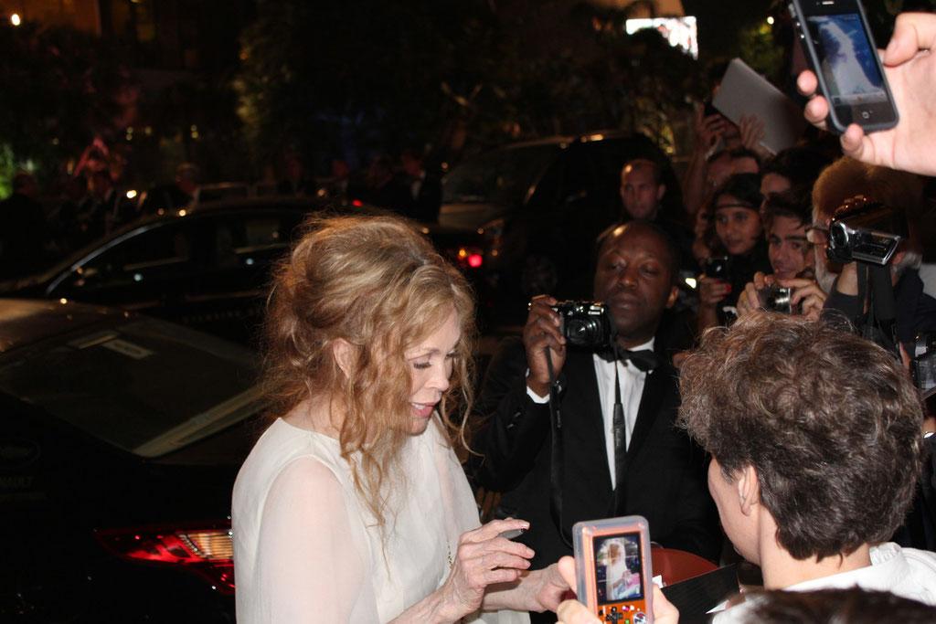 Faye DUNAWAY signant des autographes - Festival de Cannes 2011 - Photo © Anik COUBLE