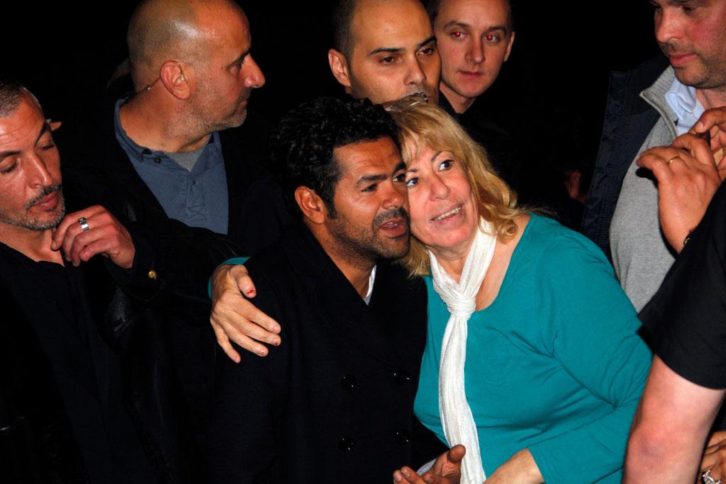 """Jamel Debbouze qui pose avec une spectatrice,  lors de l'avant-Première du film """"La Marche""""  Lyon - 5 Novembre 2013 - Photo © Anik COUBLE"""