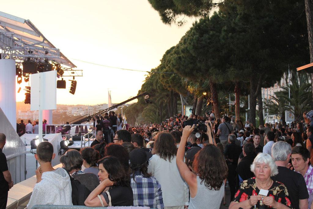 """La foule des grands soirs pour Lady GAGA, en live au  """"Grand Journal"""" de Canal + - Festival de Cannes 2011 © Anik COUBLE"""