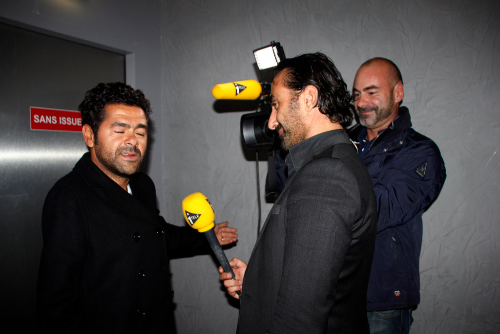 """Jamel Debbouze qui adresse un message à Alain Delon, sur  I-Télé, lors de l'avant-Première du film """"La Marche""""  Lyon - 5 Novembre 2013 - Photo © Anik COUBLE"""