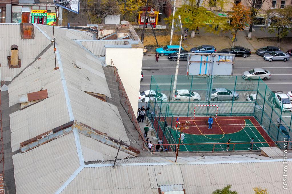 Россия, Ростов-на-Дону. Вот так между крышами и в футбол погонять можно!