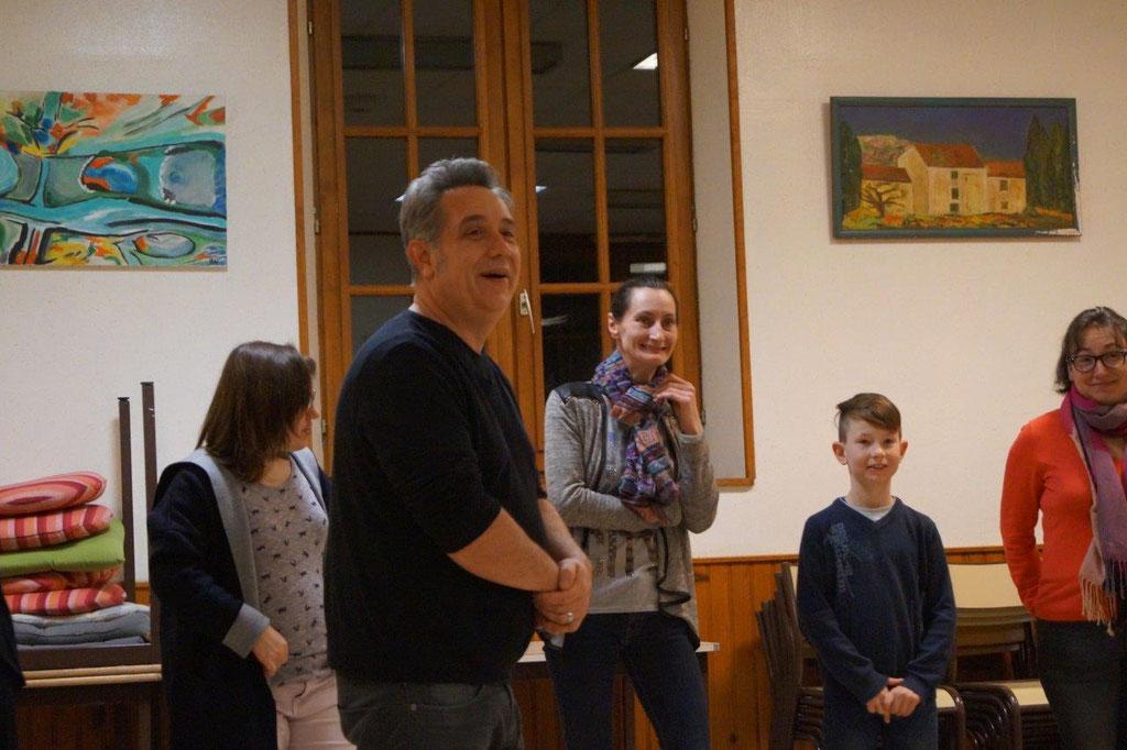 Au premier plan : Raphaël Dubois, l'un des comédiens de la compagnie Le Diable à 4 Pattes, dirige les ateliers du second épisode du feuilleton théâtral.