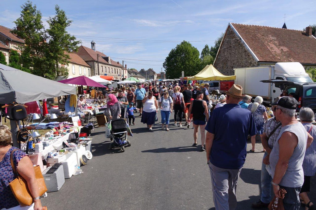 A Fromentières, la brocante se déroule au cœur du village.
