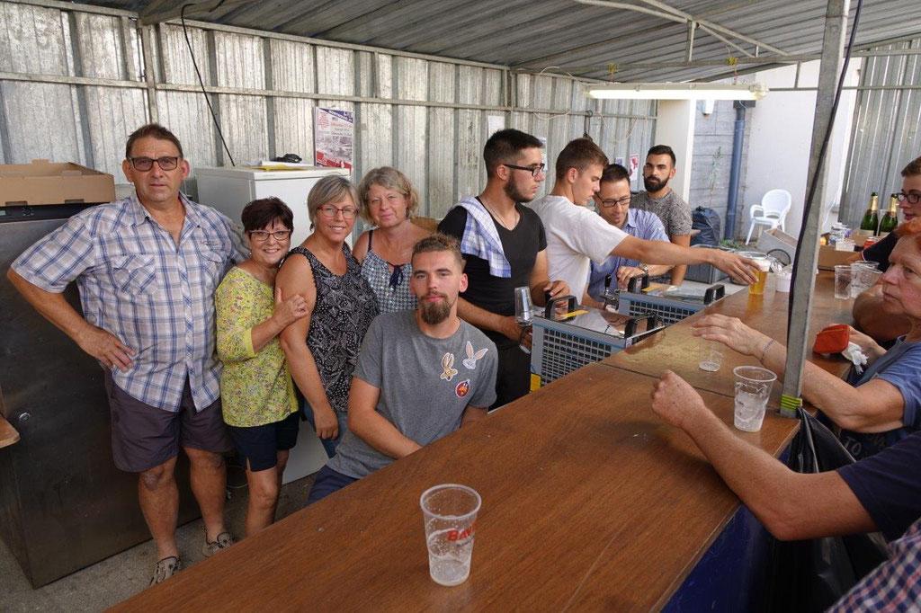 A la buvette, les bénévoles sont en nombre pour assurer un service rapide.