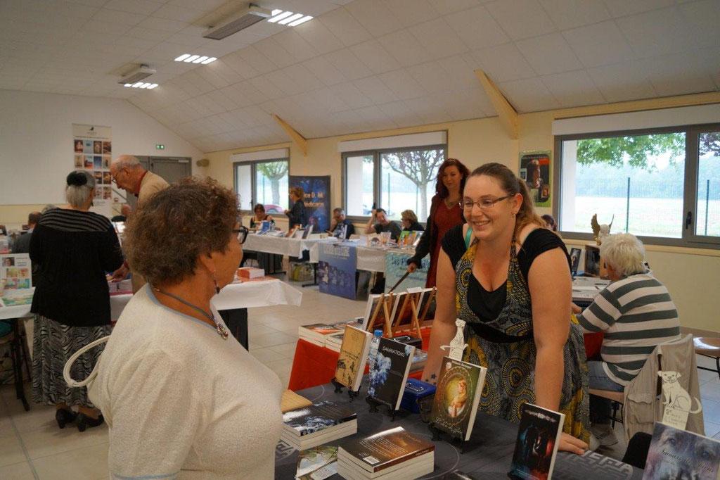 Mélanie Baranger, co-organisatrice de la Fête du livre d'Artonges, est tout sourire pour cette seconde édition.