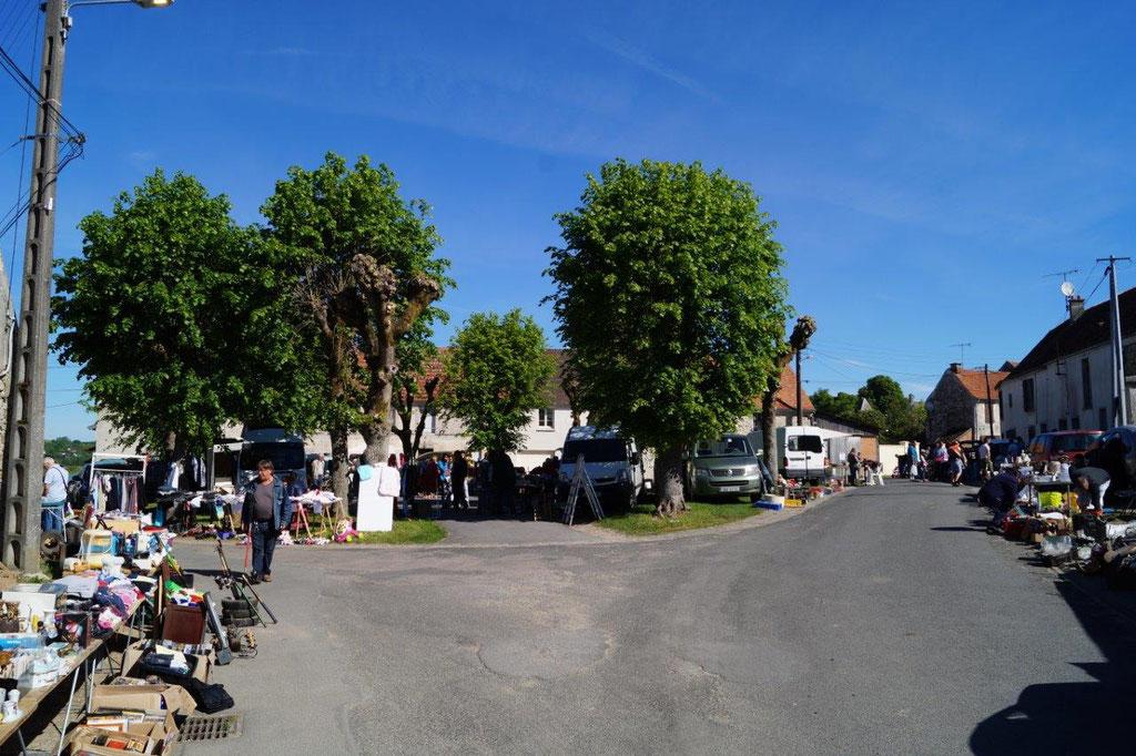A Connigis, la brocante s'installe au coeur du bourg.