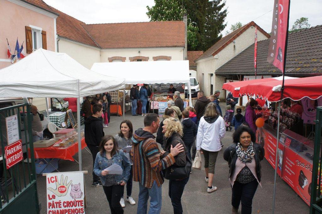 Saint-Eugène 2016 : le marché artisanal se situe près de la place du village où se déroule le spectacle de la Pentecôte.