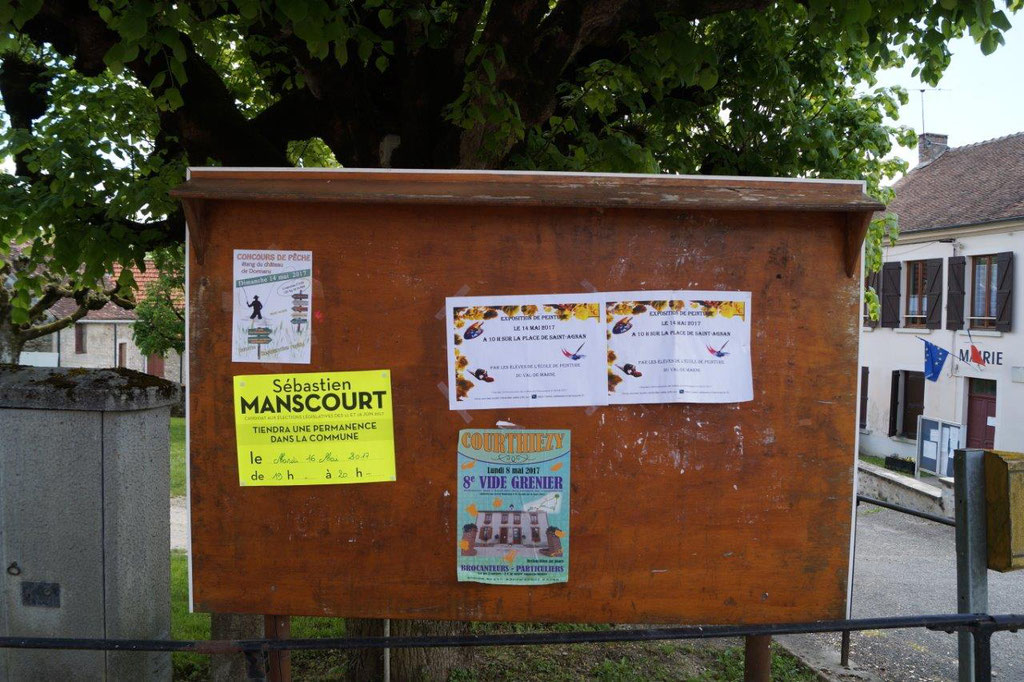 Saint-Agnan : le panneau d'affichage d'expression libre situé place de l'Eglise.