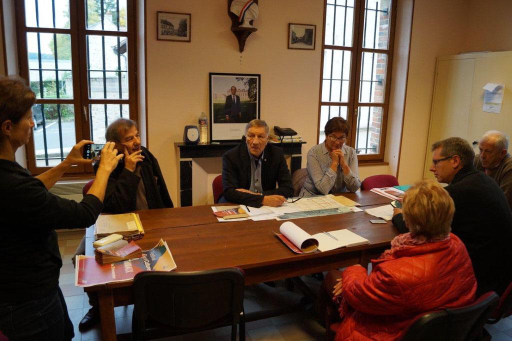 Jacques Krabal entouré de Jacqueline Picart, maire déléguée de La Chapelle-Monthodon et Bruno Lahouati, maire de Vallées-en-Champagne.