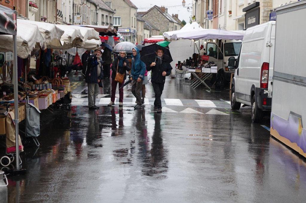 Camelots, commerçants et badauds ont maudit la pluie.