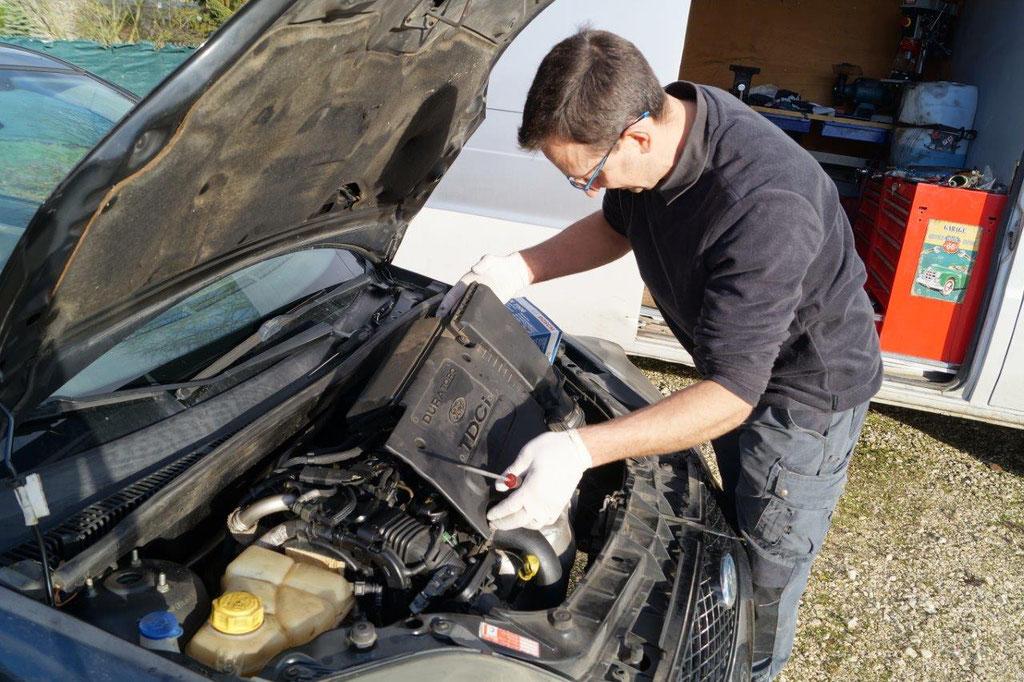 Xavier Quenault s'apprête à remplacer le filtre carburant sur une Ford diesel...
