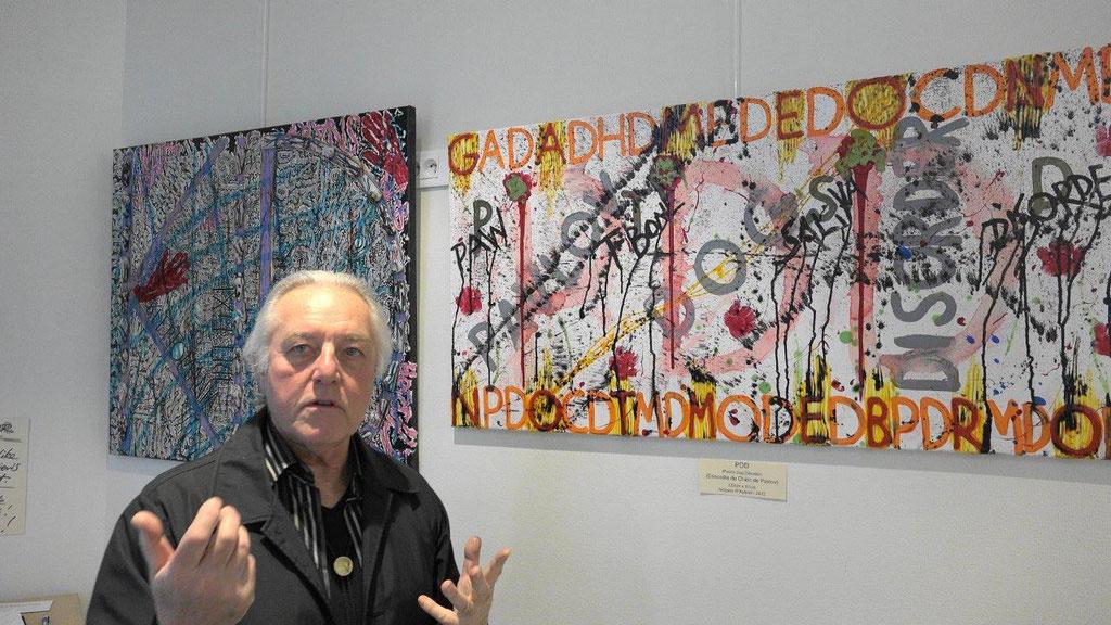 20 peintures où s'enchevêtrent messages in english et lignes colorées...