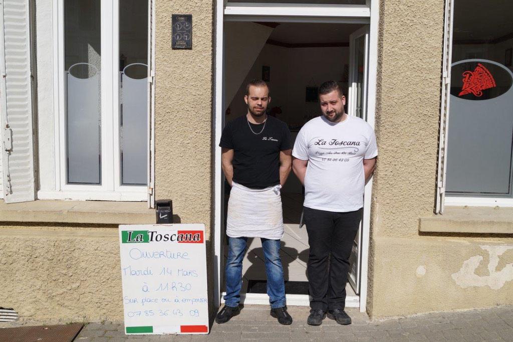 De gauche à droite : Anthony le pizzaïolo et Thomas le livreur.