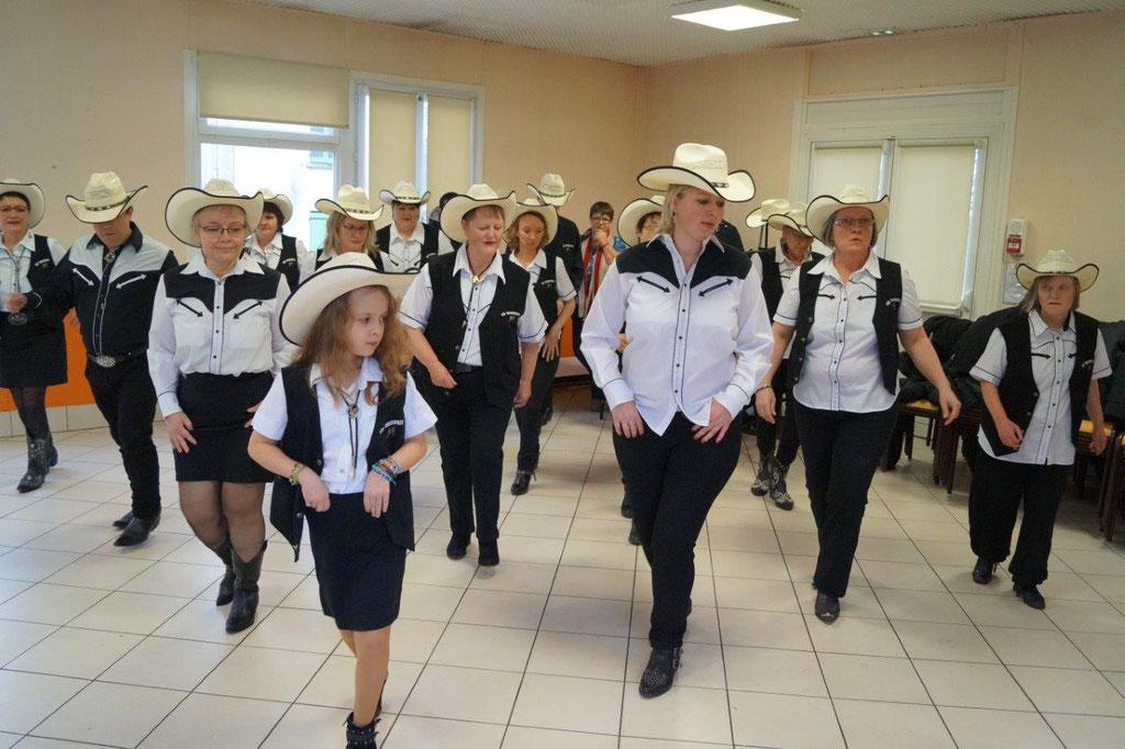 The Threewolv's font rayonner la danse country par monts et par vaux.