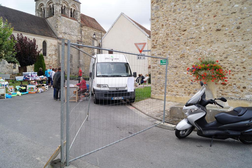 Etat d'urgence oblige, à Celles-lès-Condé, des grilles de chantier sécurisent l'accès principal au vide grenier.